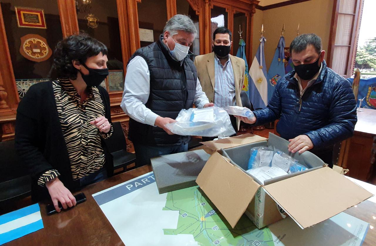 Donación al Hospital Pintos de cascos de ventilación para tratamiento con ibuprofeno que según el Dr. Carlos Bravo se puede utilizar en pacientes con Covid-19