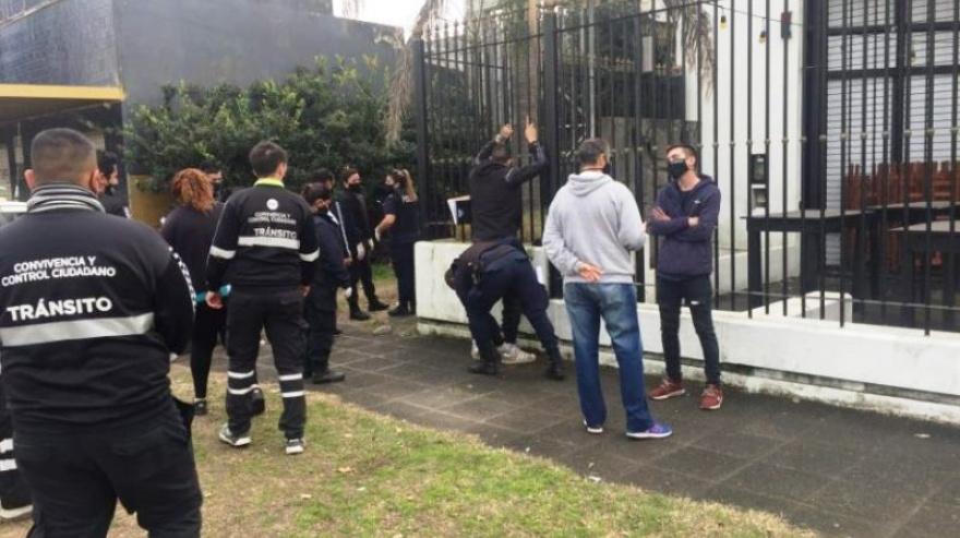 Fiesta clandestina frente a un Comando de Patrullas y de Control Urbano