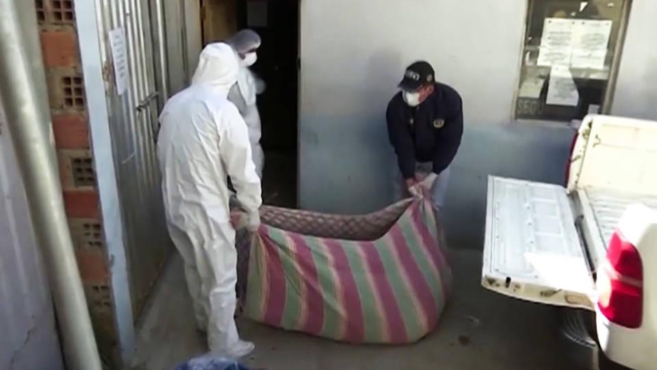 Cadáveres de víctimas de COVID-19 yacen sin reclamar fuera de capilla en La Paz, Bolivia