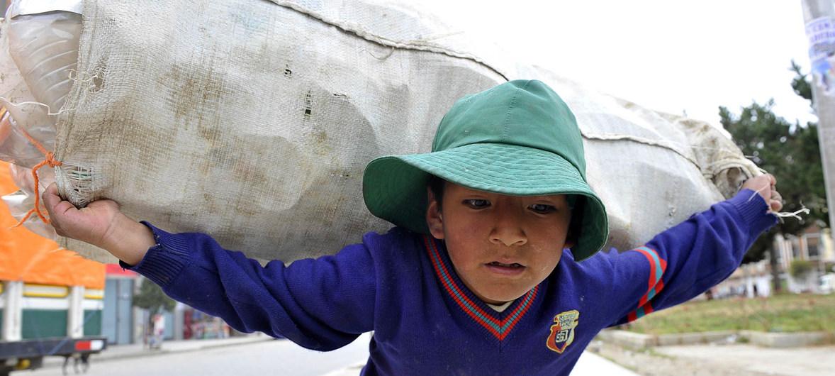 El convenio que protege a los niños de las peores formas de trabajo recibe ratificación universal