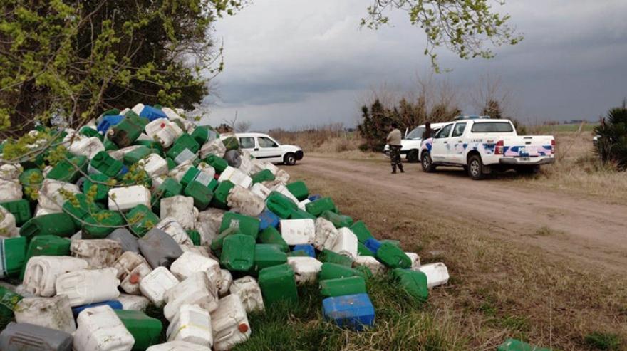 Hallan 1700 envases de agrotóxicos desechados en cercanía de una escuela bonaerense