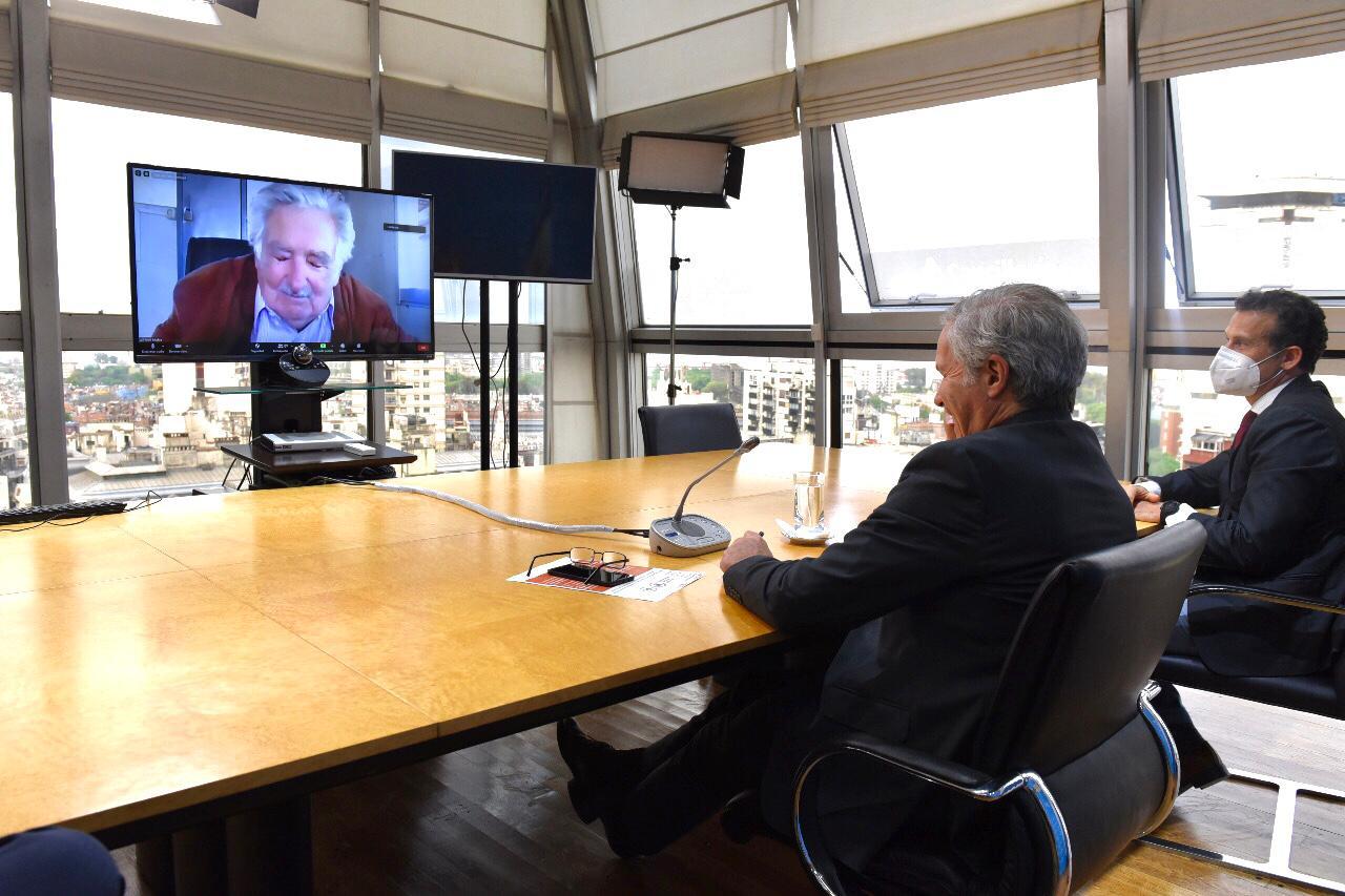 """La universidad de Villa María entregó el título de  Profesor Honoris Causa al ex presidente uruguayo """"Pepe"""" Mujica"""