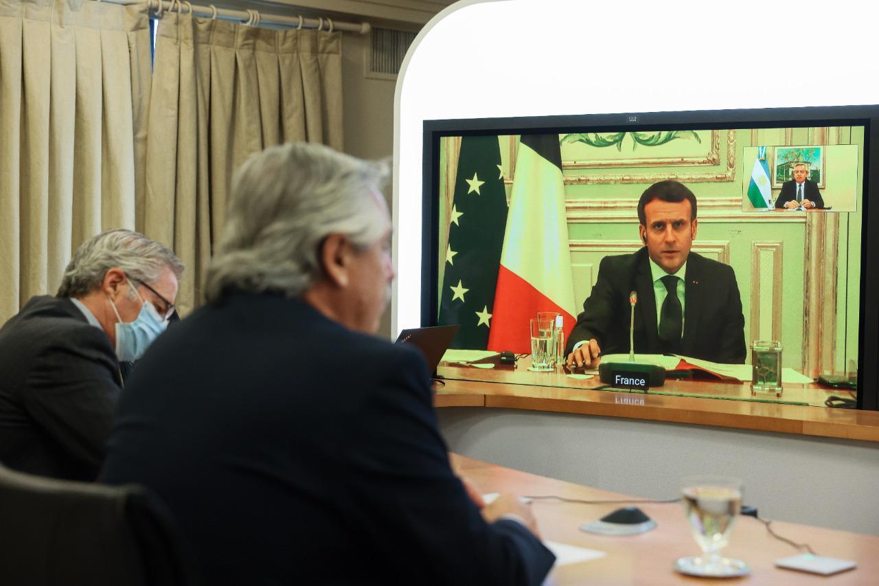 El presidente dialogó con su par de Francia, Emmanuel Macron, y coincidieron en declarar la vacuna contra el Covid-19 como un bien universal