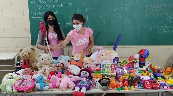 Restauran cien juguetes y confeccionan tapabocas en la cárcel de mujeres de Azul para un Hogar de Niños