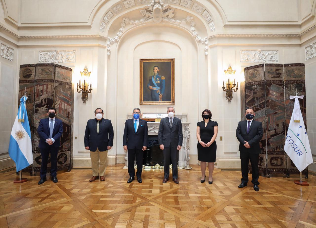 Felipe Sola con embajadores de Centroamérica