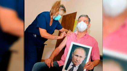 """El """"Chinchu"""" Gasparini se fue a vacunar con una foto del Presidente de Rusia"""