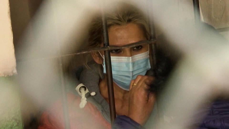 La expresidenta de extrema derecha de Bolivia Jeanine Áñez es arrestada por cargos de terrorismo