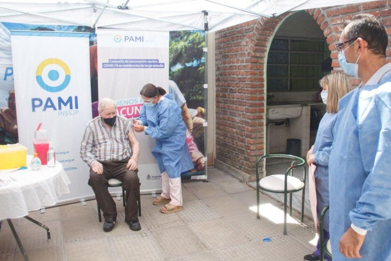 En Azul: El PAMI descartó 300 dosis de vacunas contra el Covid-19 que habían perdido la cadena de frío
