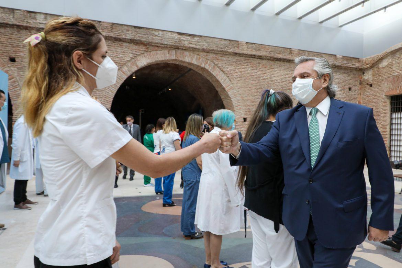El Presidente agradeció y anunció un bono de 6.500 pesos extra para los trabajadores de la salud ante la segunda ola de Covid-19
