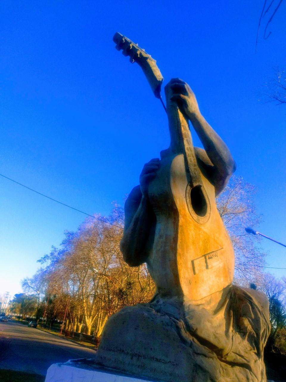 Causan daños al monumento a la guitarra