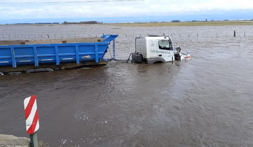 En un terrible accidente en la Ruta 3, un auto y un camión terminaron en el agua
