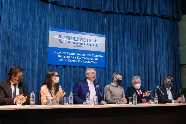 Alberto Fernández encabezó la firma de convenios con empresarios y sindicatos gastronómicos y hoteleros para convertir planes sociales en empleo genuino